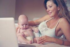 Moeder en haar weinig baby thuis Stock Fotografie