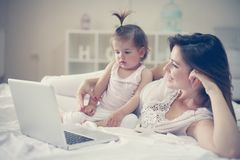 Moeder en haar weinig baby thuis Moeder met haar baby watchin royalty-vrije stock foto's