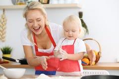 Moeder en haar weinig pastei of koekjes van de dochter kokende vakantie voor Moeder` s dag Concept gelukkige familie in de keuken Royalty-vrije Stock Foto