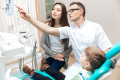 Moeder en haar weinig zoon bij het overleg met tandarts Royalty-vrije Stock Foto's