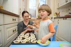 Het koken van de familie Stock Foto's