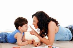 Moeder en haar zoon Stock Afbeelding