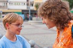 Moeder en haar zoon Stock Foto's
