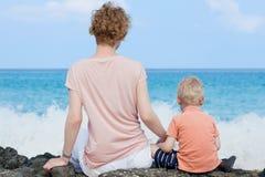 Moeder en haar zoon bij het strand Stock Fotografie