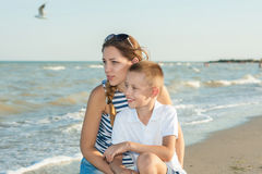 Moeder en haar zoon die pret op het strand hebben Royalty-vrije Stock Afbeeldingen