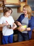 Moeder en haar zoon het koken in de keuken Stock Afbeeldingen