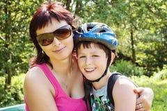 Moeder en haar zoon openlucht Royalty-vrije Stock Foto