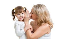 Moeder en jong geitje die het geheime fluisteren delen Stock Foto's