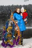 Moeder en jong geitje die Kerstboom verfraaien Royalty-vrije Stock Foto