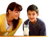 Moeder en jong geitje met melk Stock Foto