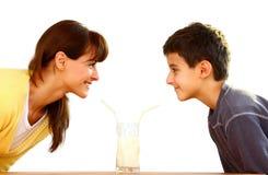 Moeder en jong geitje met melk Royalty-vrije Stock Foto's