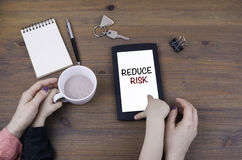 Moeder en jong geitjespel bij tabletcomputer Verminder Risico Royalty-vrije Stock Fotografie