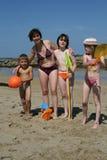 Moeder en jonge geitjes bij strand Royalty-vrije Stock Fotografie