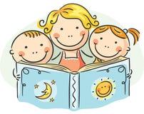 Moeder en jonge geitjes die samen lezen Stock Afbeeldingen