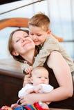 Moeder en jonge geitjes die van ogenblik houden royalty-vrije stock foto's