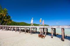 Moeder en jonge geitjes op een tropisch strand Stock Foto