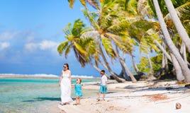 Moeder en jonge geitjes op tropische vakantie Royalty-vrije Stock Fotografie