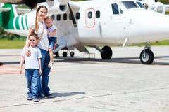 Moeder en jonge geitjes voor vliegtuig