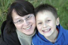 Moeder en jonge jongen   Stock Foto