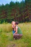 Moeder en jonge zoon in een bos royalty-vrije stock foto