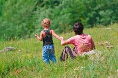 Moeder en jonge zoon in een weide Stock Foto