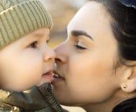 Moeder en jongen Stock Afbeelding