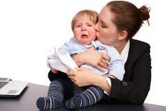 Moeder en kind bij beeld 6 van de het werkreeks Stock Foto's