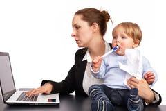 Moeder en kind bij beeld 7 van de het werkreeks Stock Foto