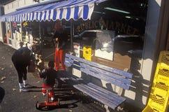 Moeder en kind bij buitenkant van Openbare Markt, het Westen Stockbridge, doctorandus in de letteren Stock Foto