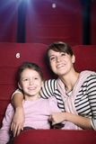 Moeder en kind bij de bioskoop royalty-vrije stock fotografie