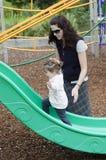 Moeder en kind bij de speelplaats Royalty-vrije Stock Foto