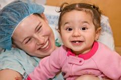 Moeder en kind bij het ziekenhuis Stock Foto