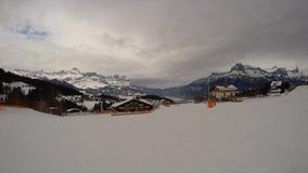 Moeder en kind bovenop de alpen stock footage