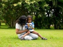 Moeder en kind in de tuin royalty-vrije stock fotografie