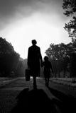 Moeder en Kind die in de Zon van de Ochtend lopen Royalty-vrije Stock Fotografie