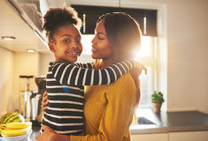 Moeder en kind die gelukkig kijken Stock Afbeeldingen