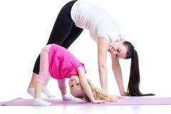 Moeder en kind die oefening thuis doen royalty-vrije stock fotografie
