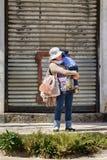 Moeder en kind die op de bus wachten Royalty-vrije Stock Foto's