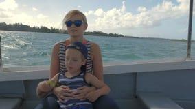Moeder en kind die snelle bootreis hebben stock video