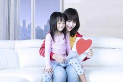 Moeder en kind gelezen brief Royalty-vrije Stock Afbeeldingen
