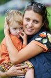 Moeder en kind in haar handen Stock Afbeeldingen