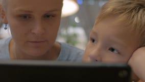 Moeder en kind het besteden tijd bij aanrakingsstootkussen het gebruiken stock video