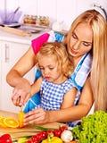 Moeder en kind het koken bij keuken Stock Foto