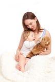 Moeder en kind het spelen met teddy Stock Afbeelding