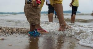 Moeder en kind in het strand stock foto