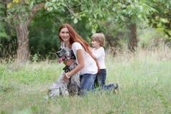Moeder en kind met hond in openlucht Stock Fotografie