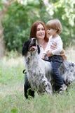 Moeder en kind met hond in openlucht Royalty-vrije Stock Foto's