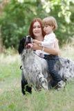 Moeder en kind met hond in openlucht Stock Foto