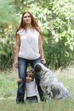 Moeder en kind met hond in openlucht Royalty-vrije Stock Fotografie