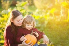 Moeder en kind met pompoenoogst Royalty-vrije Stock Fotografie